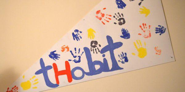 Il cartello all'ingresso creato dai bimbi accolti