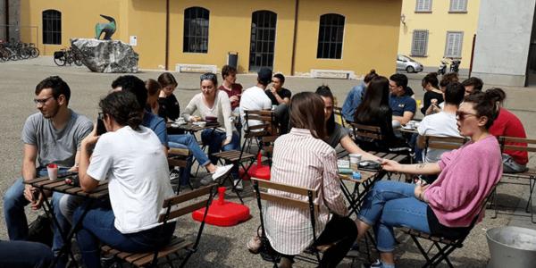 I tavoli allestiti di fronte al bus – l'Busse Prato