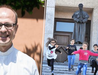 Don Roberto Dal Molin insieme a dei ragazzi con Don Bosco